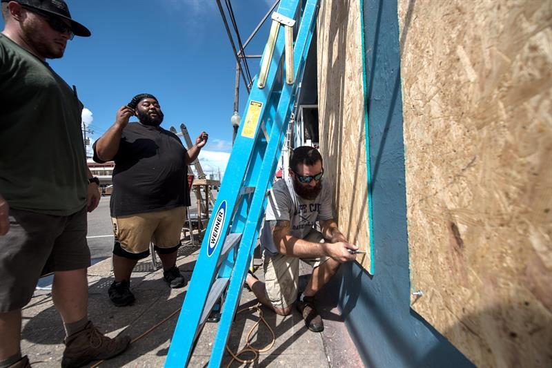 Ryan O'Rourke, propietario de un restaurante en Carolina del Norte, planea permanecer en Carolina Beach a pesar de la orden de evacuación.