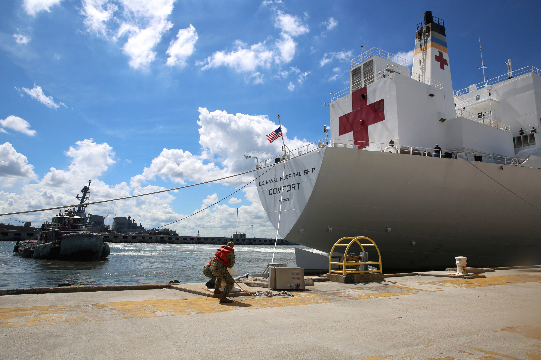 Marinos preparan la evacuación de la estación naval Norfolk en Virginia.