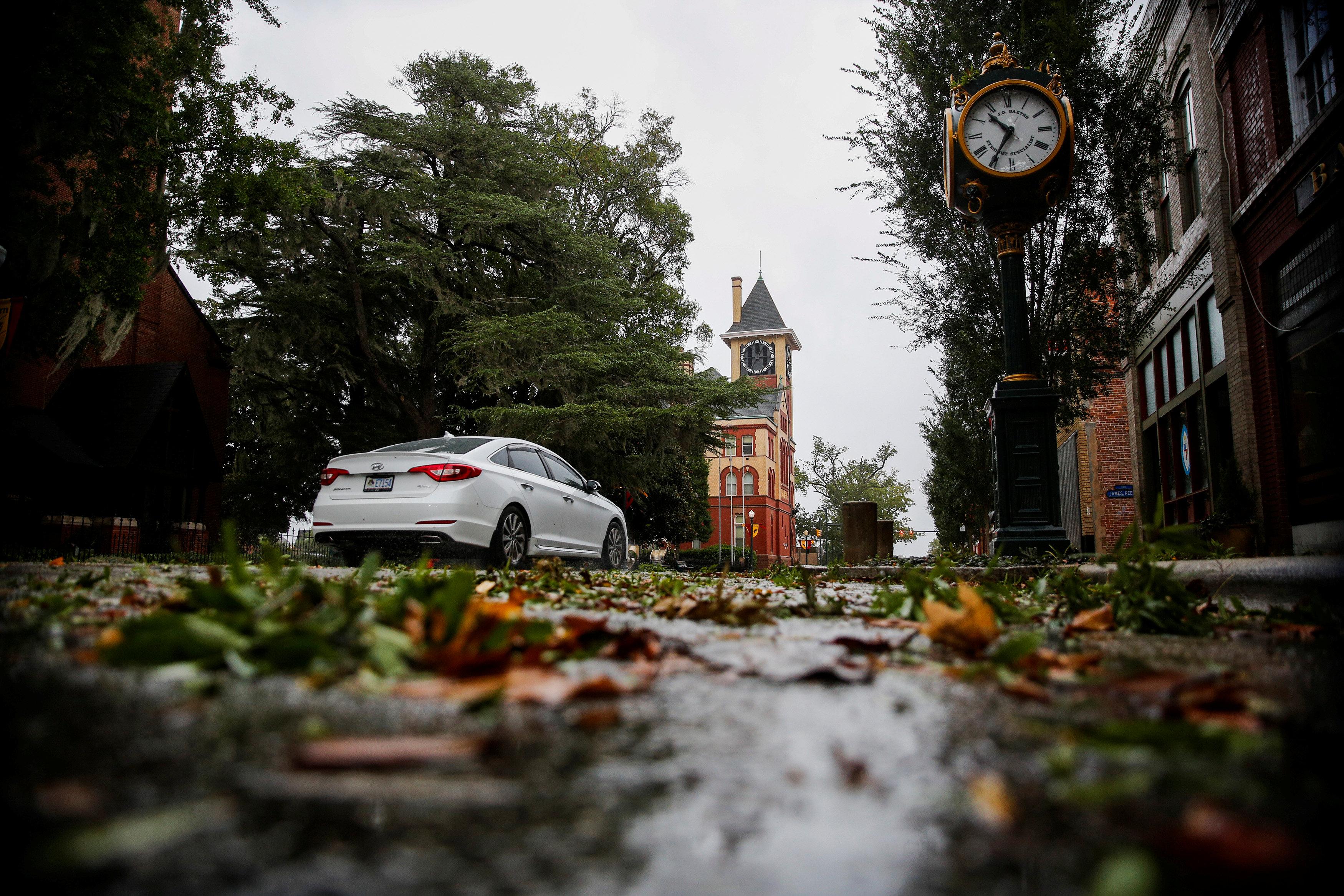 Estragos de la lluvia y el viento en las calles de New Bern, Carolina del Norte, antes del impacto de Florence.