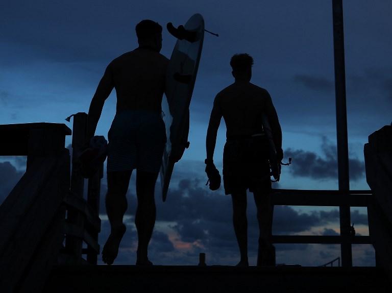 Mientras unos se alejan, surfistas aprovecharon el oleaje que provoca Florence en Carolina del Norte.