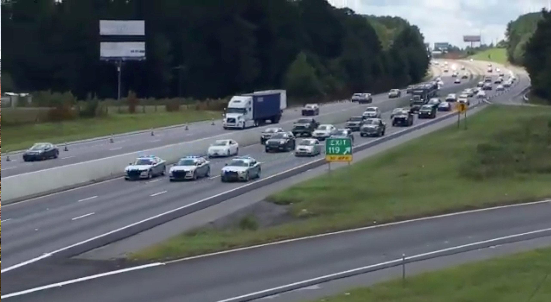 La policía de Carolina del Sur escolta en las carreteras a las personas que dejan sus hogares.