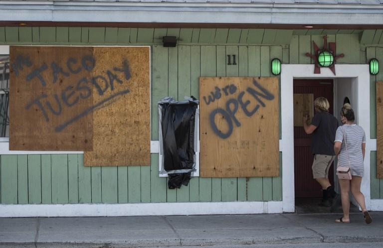 Algunos negocios ofrecían aún sus servicios este martes en la playa Wrightsville, Carolina del Norte.