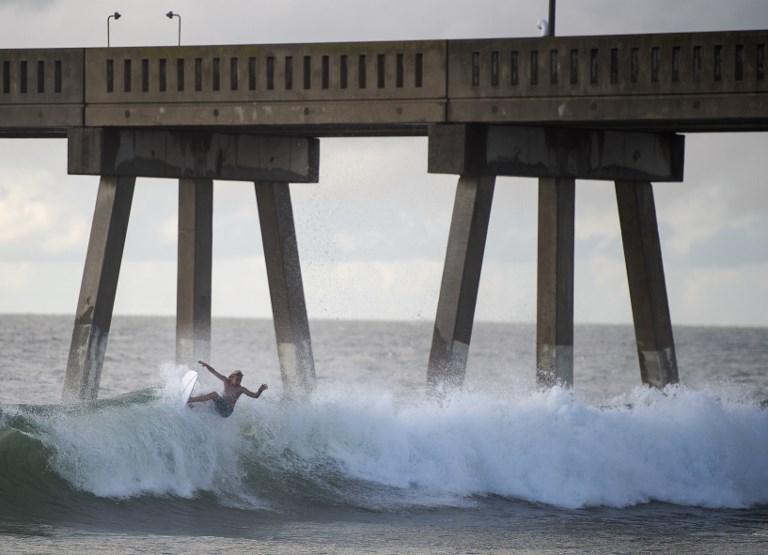 Un día antes de que Florence toque tierra en Estados Unidos, un surfista aprovecha las olas en Wrightsville Beach, Carolina del Norte.