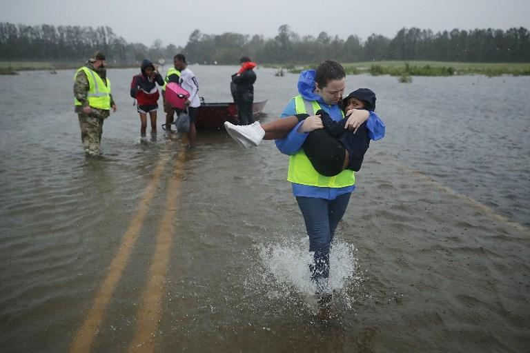 El Equipo civil de Respuesta a Crisis ayuda en el rescate de personas.