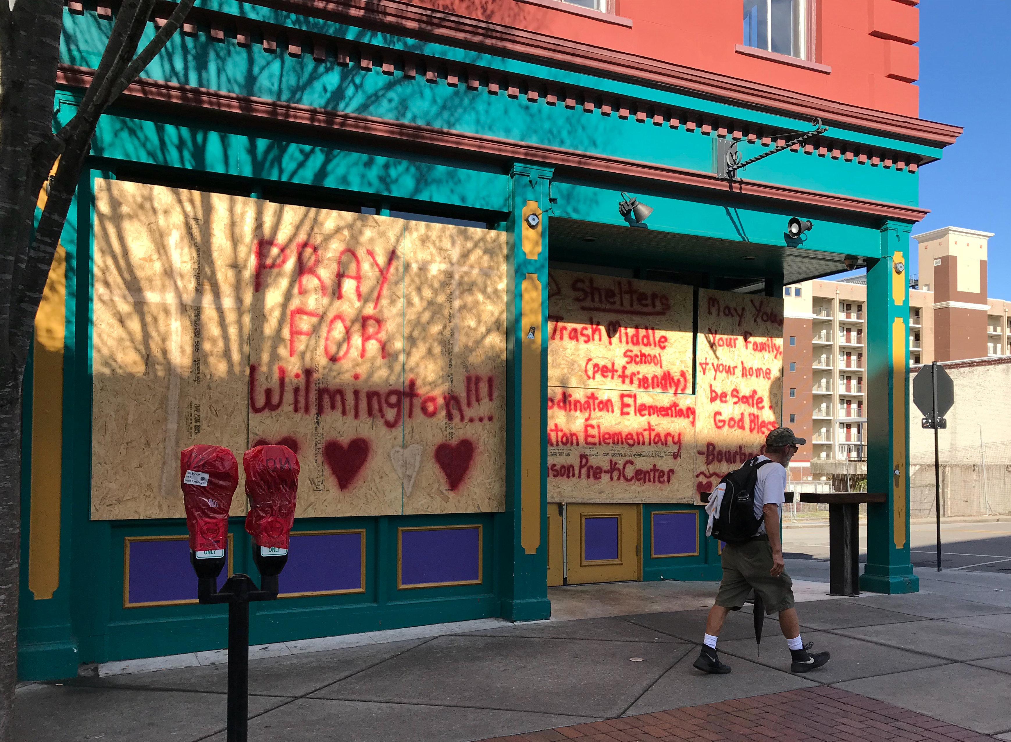 """""""Reza por Wilmington"""", se lee en una de las tablas que cubren los ventanales en establecimientos de Carolina del Norte."""