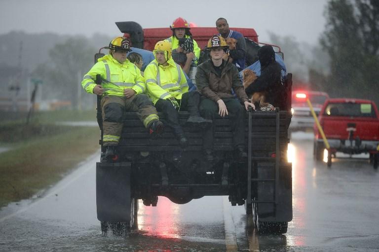 Bomberos y sociedad civil se coordinan para realizar las labores de rescate en James City, Carolina del Norte.