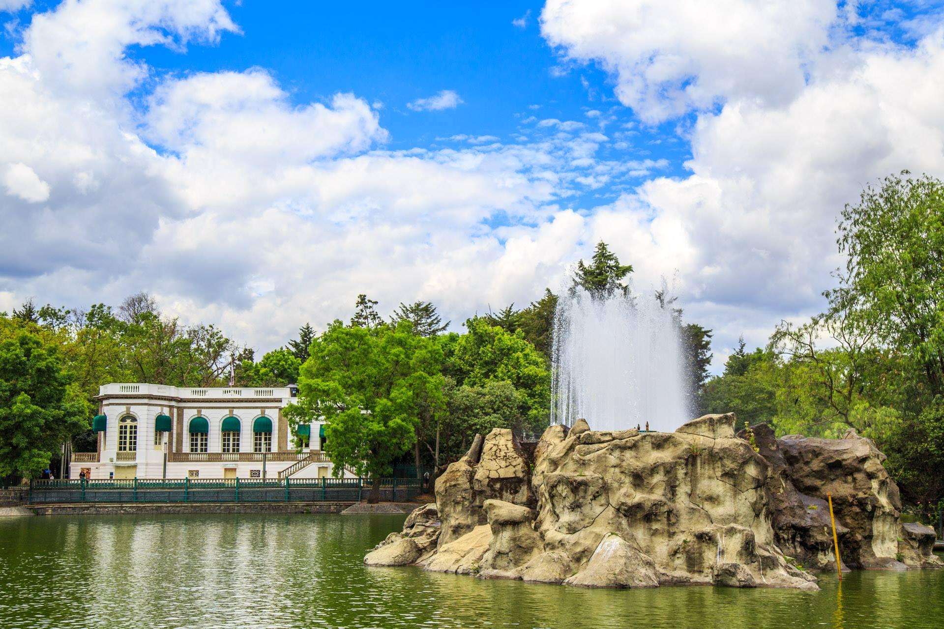 El Bosque de Chapultepec es el parque público más grande de la capital.