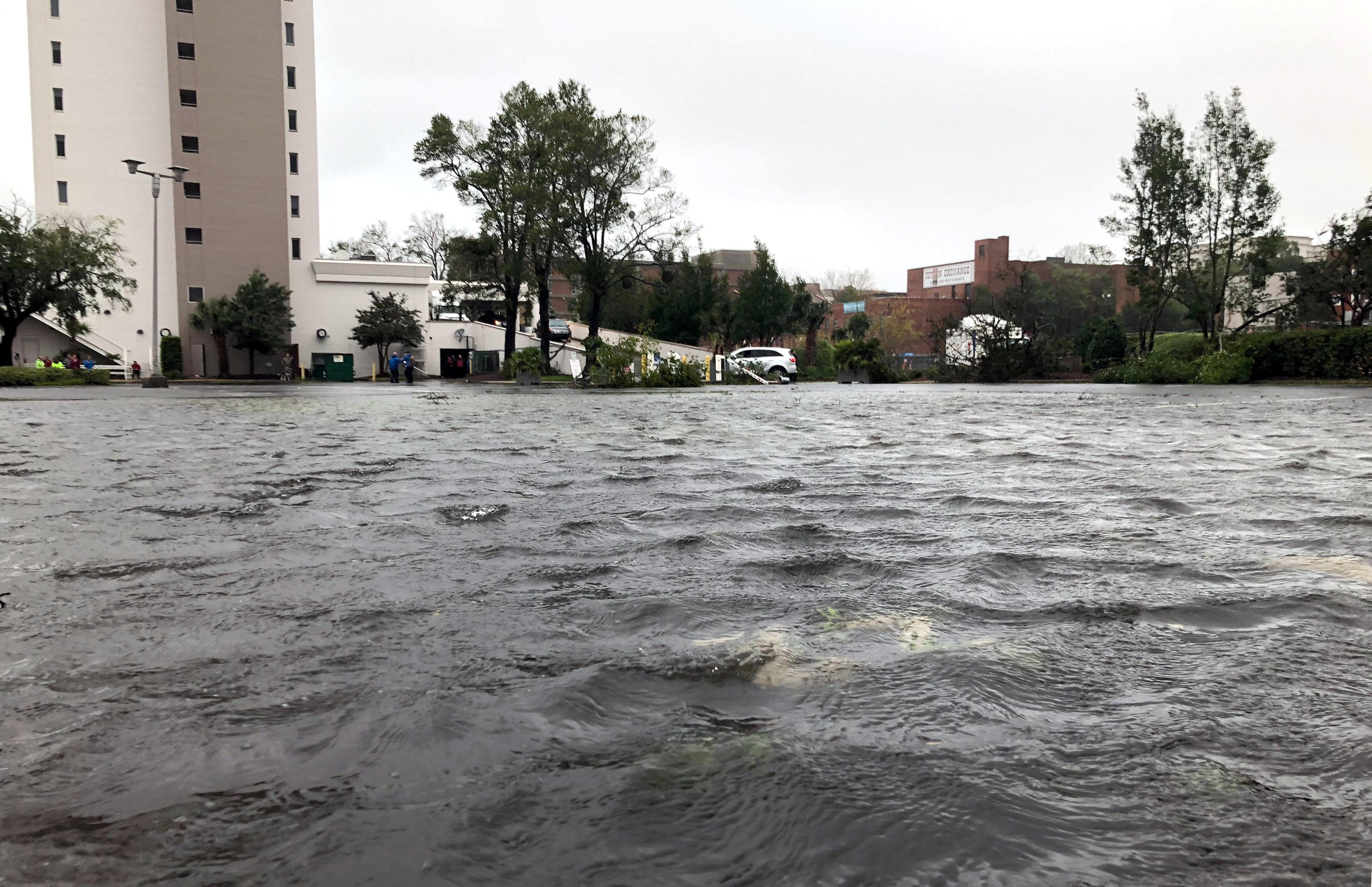 La lluvia inunda las calles de Tilmington mientras Florence avanza en Carolina del Norte.