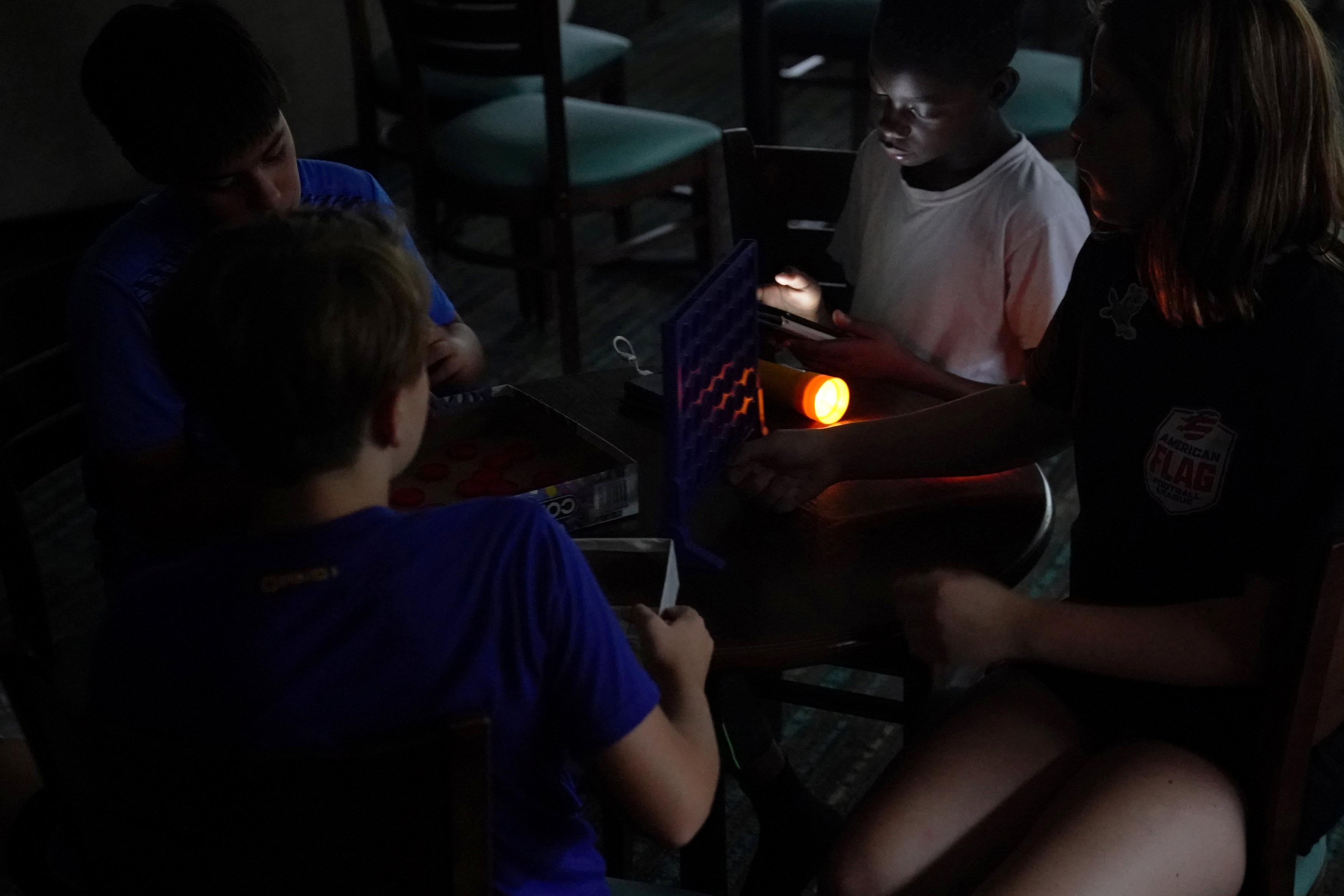 Más de medio millón de personas no tienen servicio eléctrico en las Carolinas; la mayoría en Carolina del Norte.
