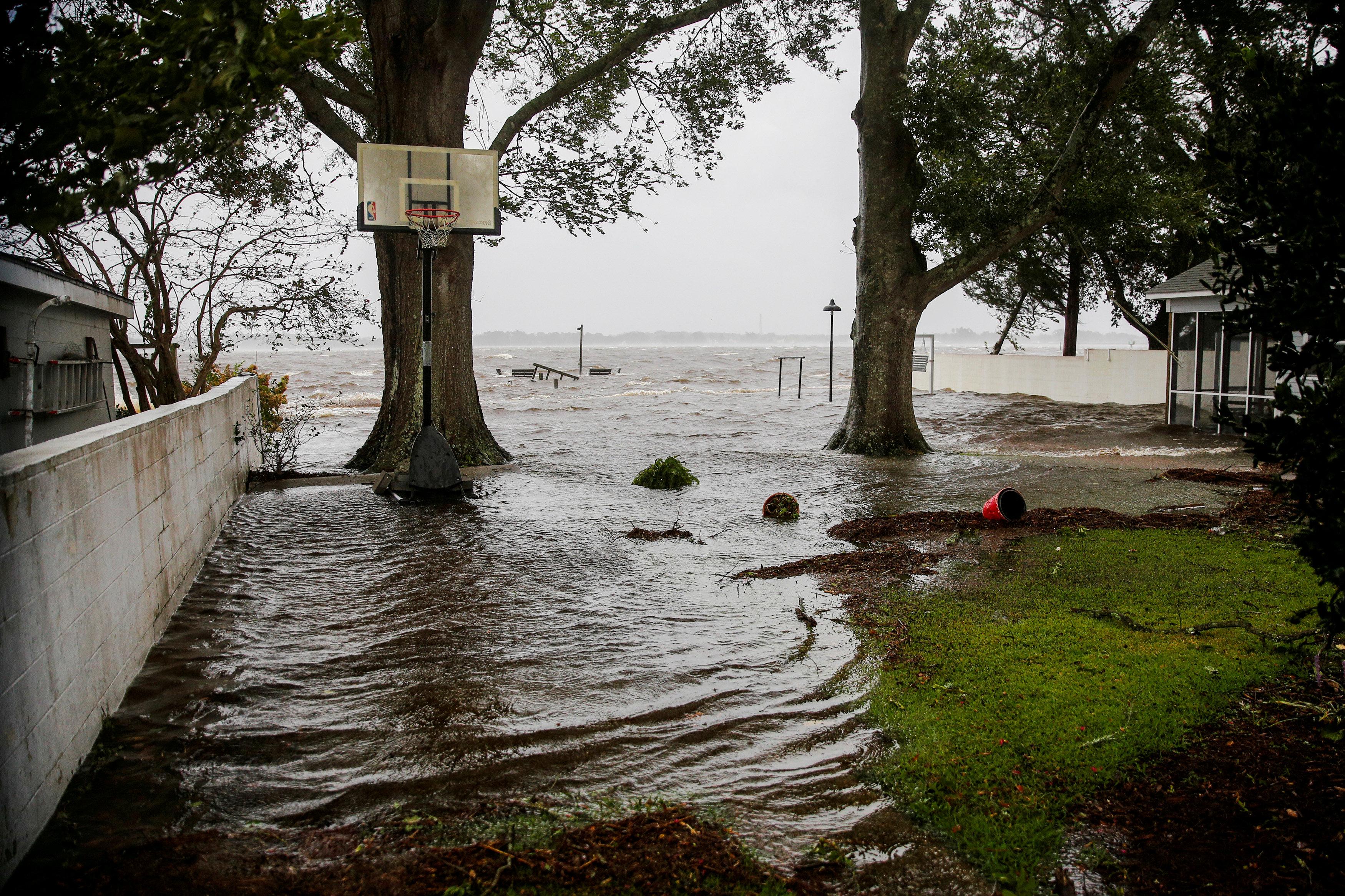 La crecida del Río Neuse provoca inundaciones en Carolina del Norte.