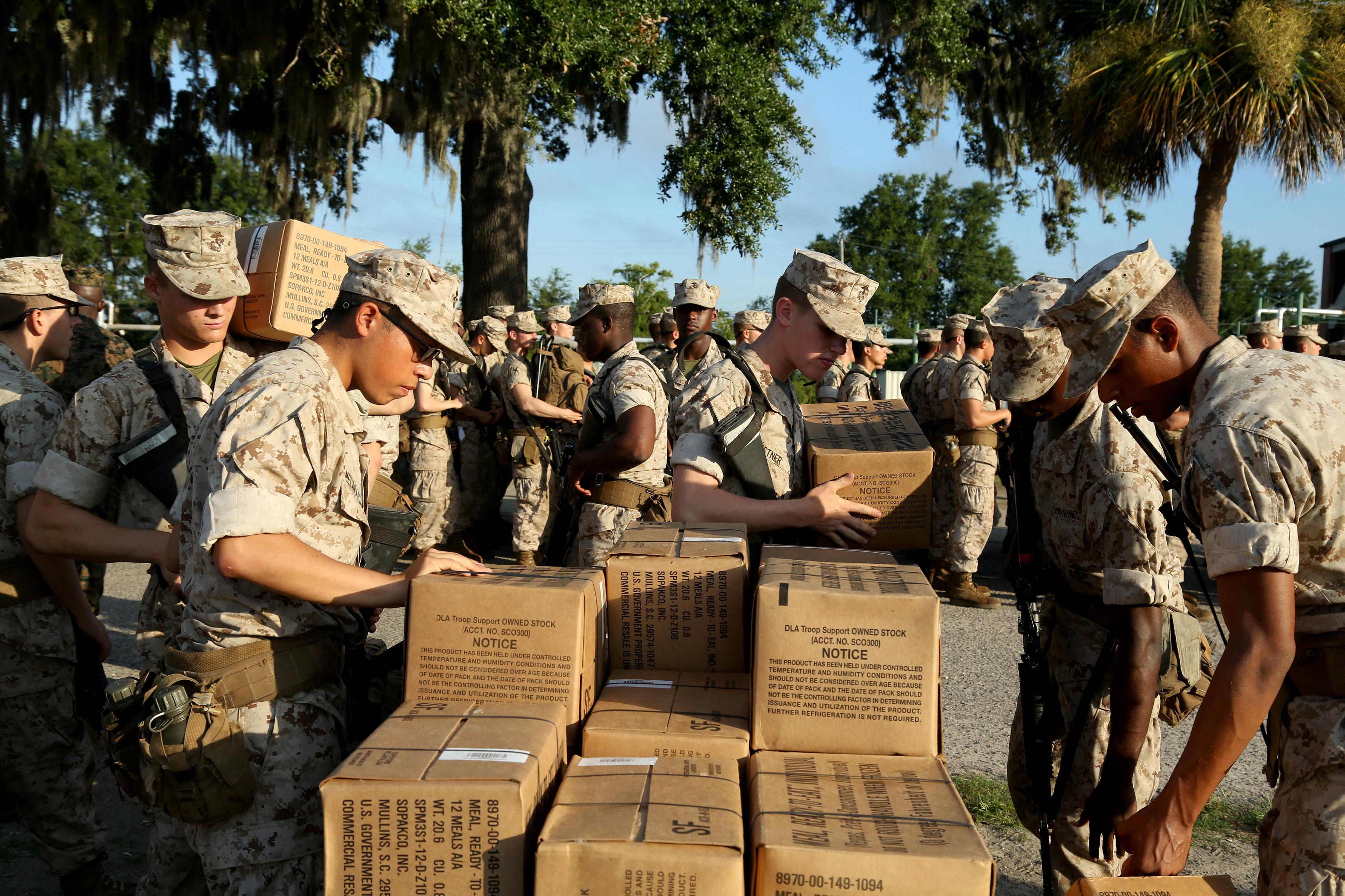 Marinos preparan la evacuaicón en la Isla Parris en Carolina del Norte.