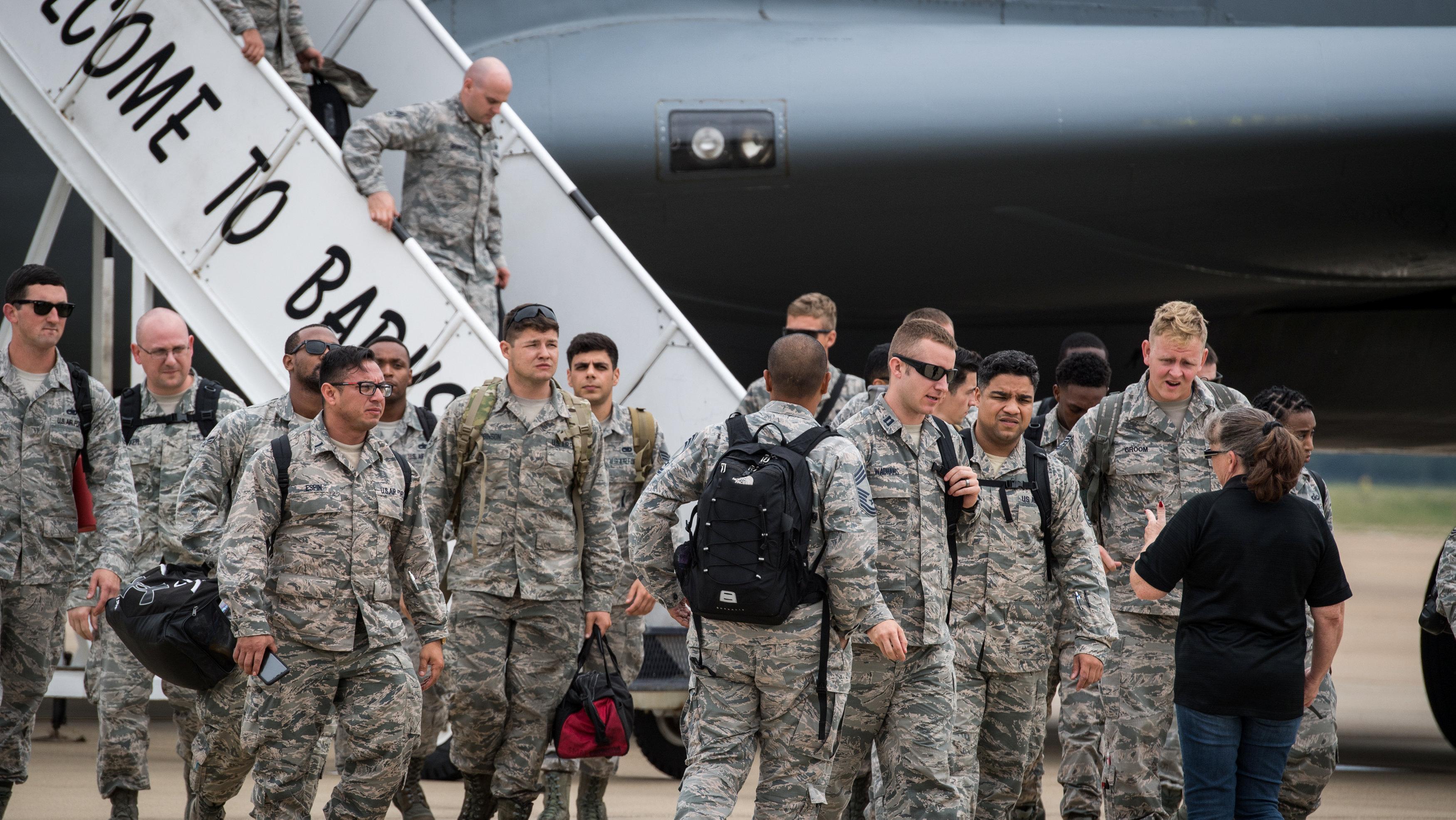 Personal de la base de Seymour Johnson, Carolina del Norte, llega a la base de Barksdale, Louisiana, durante la evacuación ante la llegada de Florence.