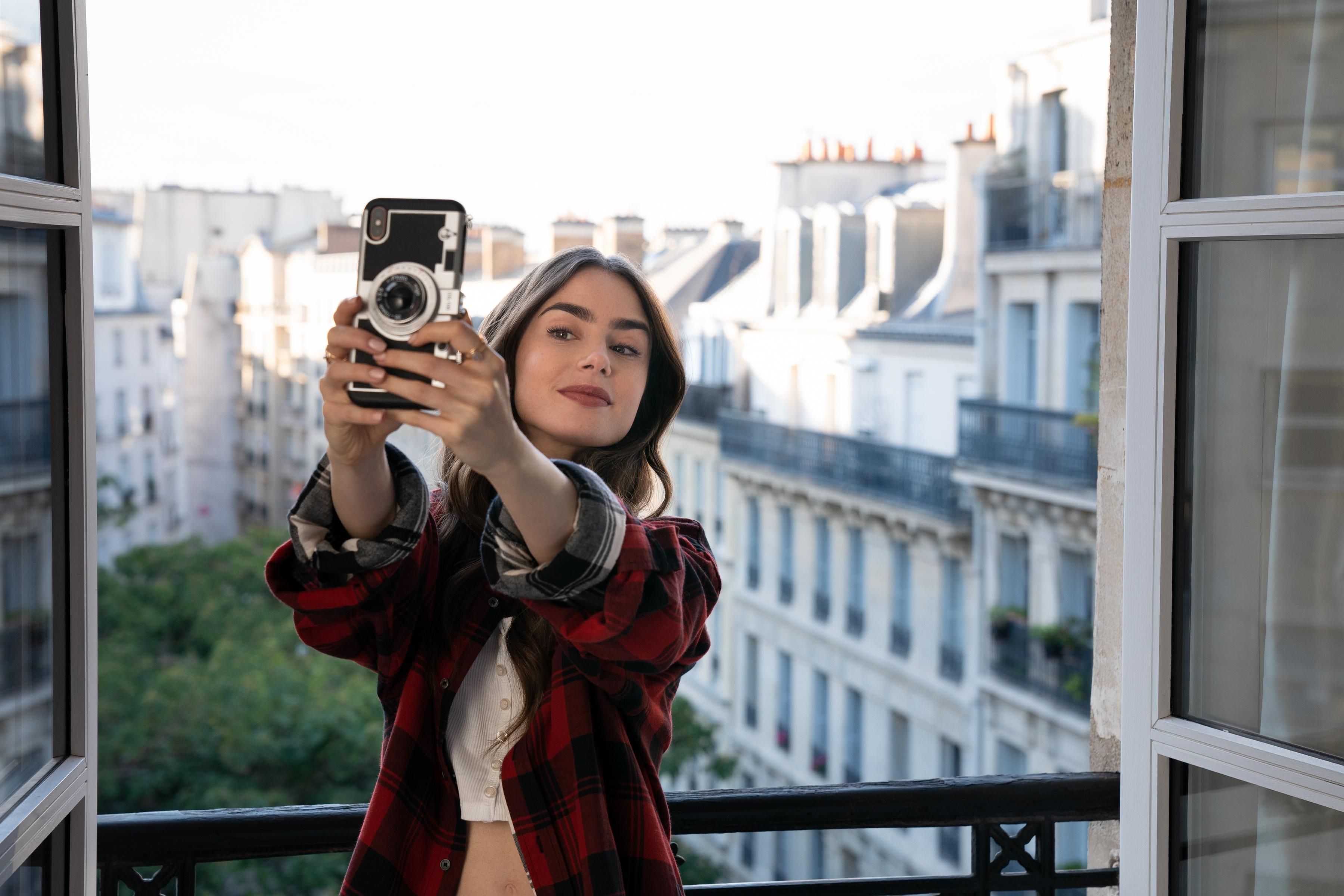 Funda De Silicona con Correa Larga para Mujeres Y Ni/ñas Black iPhone XR Yagerod Emily in Paris Estuche para Tel/éfono con C/ámara Vintage Dise/ño Moderno De C/ámara En 3D Estilo Vintage
