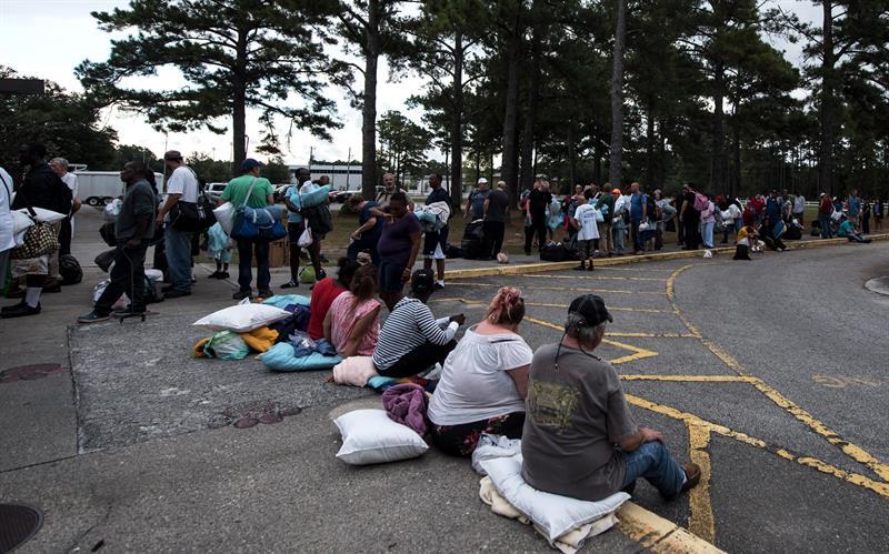 Personas evacuadas buscan refugio en la escuela secundaria Emma B. Trask en Wilmington, Carolina del Norte.