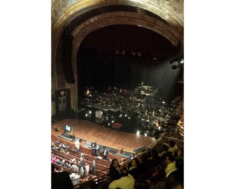 Algunos de los invitados compartieron fotos en Twitter en el interior del teatro, minutos antes de que iniciara el concierto.