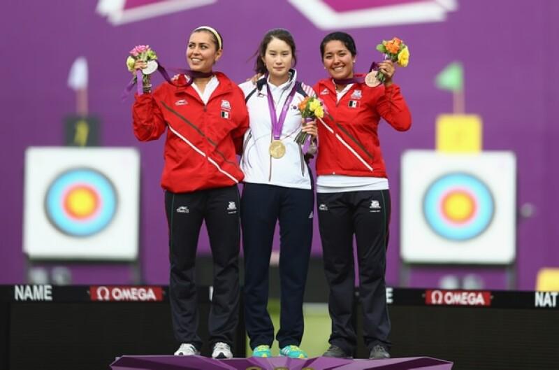 Aida Román Arroyo con su medalla de plata, Bobae Ki de Korea con la de oro y Mariana Avitia Martínez con la de bronce.
