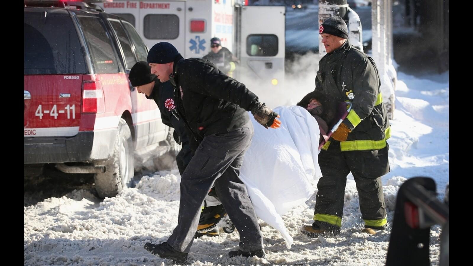 bomberos tranportan a una mujer que sufrio un accidente