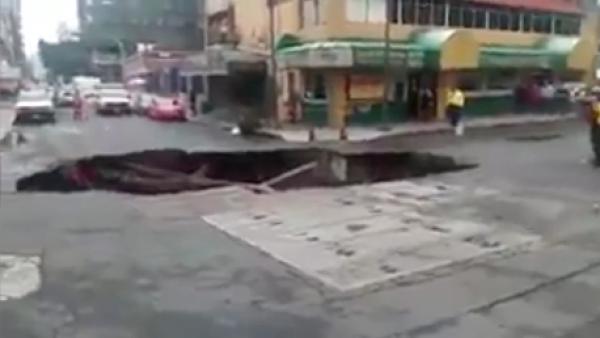 Un mega socavón se abrió a una cuadra del Paseo de la Reforma en CDMX