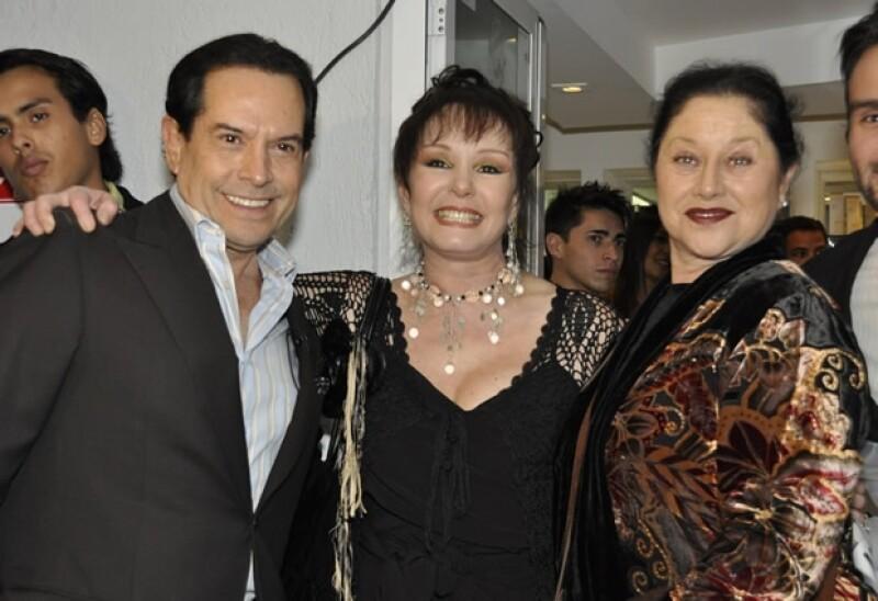 Con Juan José Origel y Ange¡élica Aragón durante la inauguracion de la academia de artes escenicas Stage Door en la Ciudad de Mexico en junio de 2012.