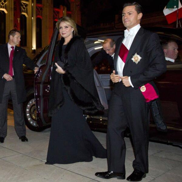 Angélica Rivera y Enrique Peña Nieto llegando al banquete real.