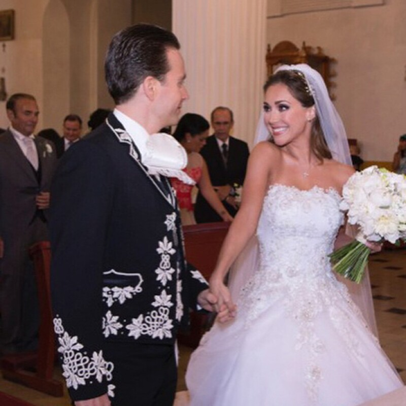 Anahí reveló que su vestido de novia intervenido por artesanas de Chiapa de Corzo fue su mejor regalo de bodas.
