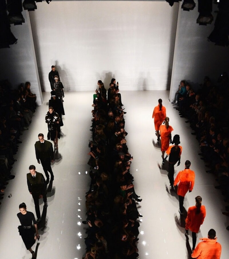 París ofrece su escencia artística mientras que Londres muestra su visión ecléctica e inovadora, por su parte Nueva York exhibe su afán comercial de ofrecer prendas de carácter usable y sofisticado.