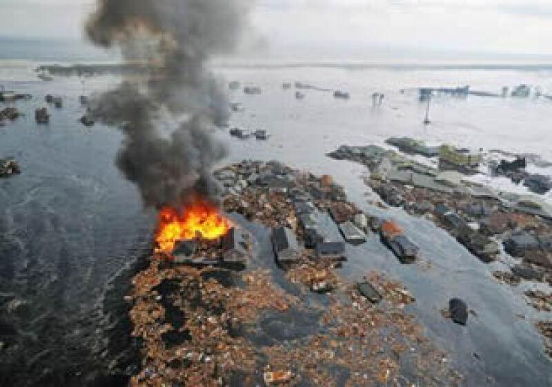 Las olas con los desechos fluyeron empujando restos de barcos, casas y remolques hacia las carreteras. (Foto: Reuters)