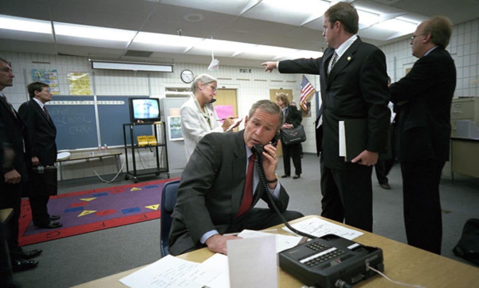 El entonces presidente de Estados Unidos, George W. Bush, habla desde una oficina de la Casa Blanca, para organizar a equipos y atender la crisis de seguridad nacional que se desató.