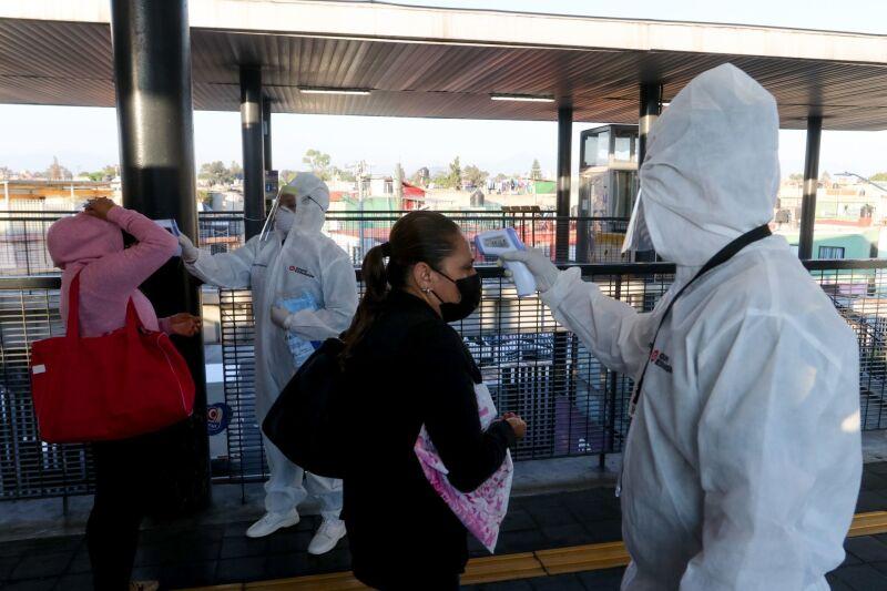 Trabajadores del Sistema de Transporte Público Metrobús realizaron la dosificación del ingreso de  usuarios en la estación terminal Tepalcates con el propósito de no propagar más contagios de Covid-19 y evitar aglomeraciones