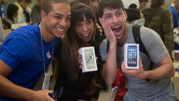 Ésta es la primera ocasión en que la firma de la manzana lanza dos iPhones al mismo tiempo: el 5S, de gama alta y el más caro hasta ahora, y el 5C, de bajo costo.