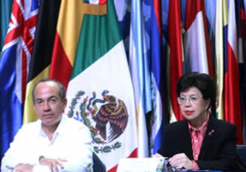 Felipe Calderón y Margaret Chan, directora de la OMS, participaron en el evento 'Las Lecciones aprendidas de la influenza', que se realiza en Cancún. (Foto: NTX)