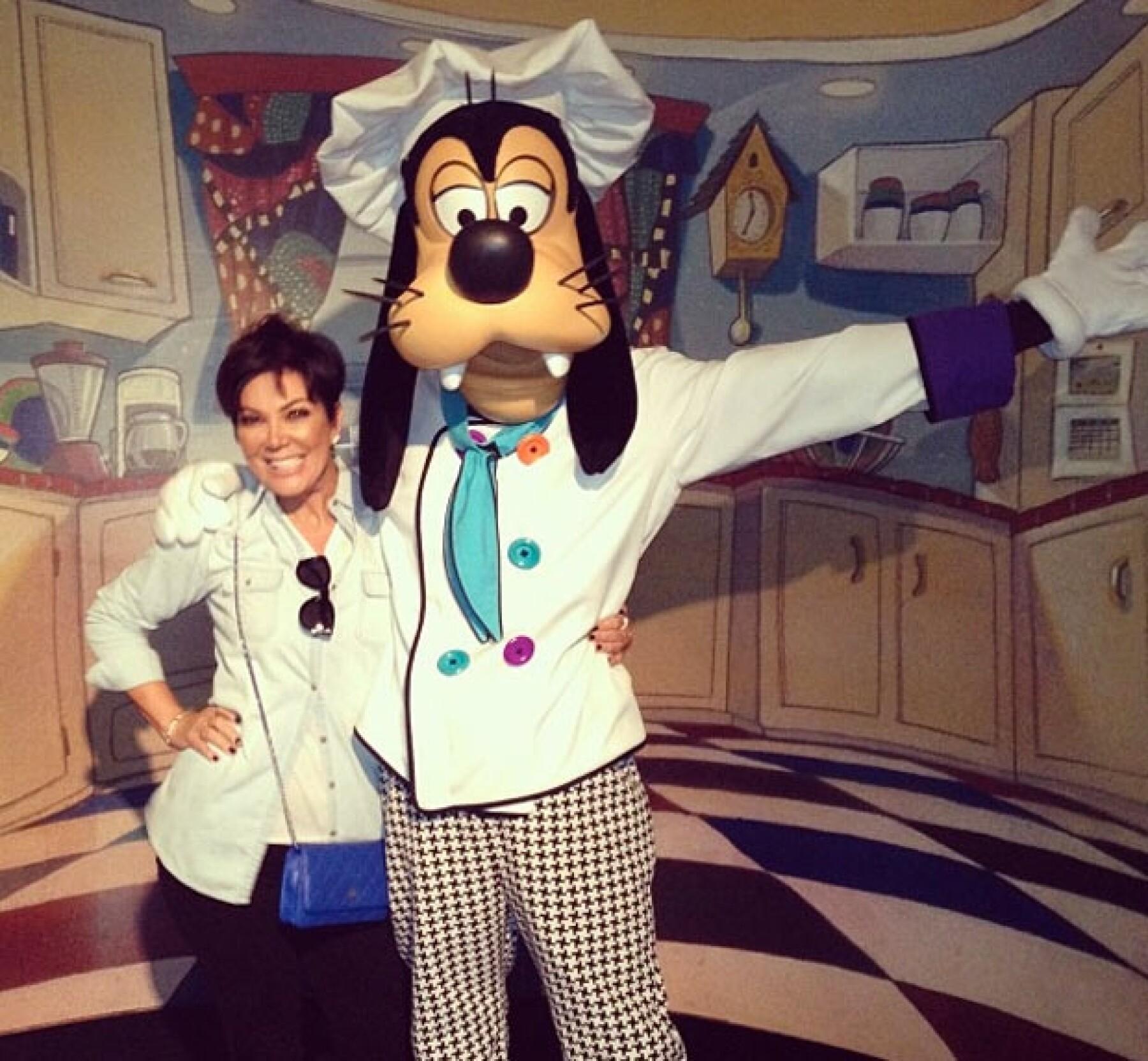 Kris posando con Goofy.