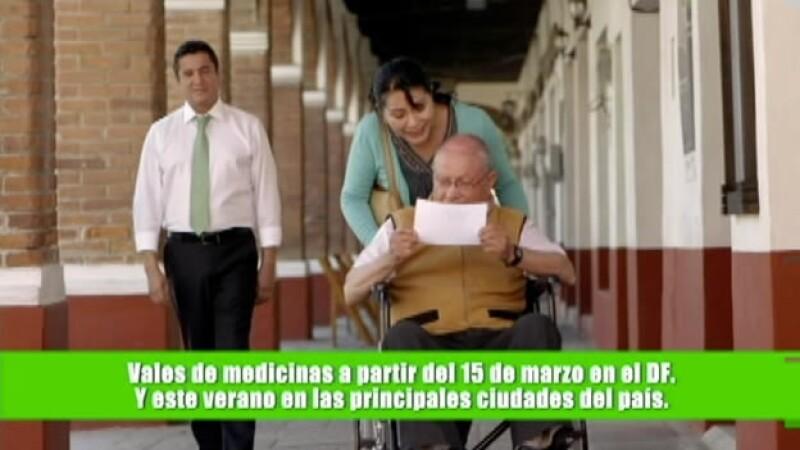 El promocional del Partido Verde en el que su vocero (izquierda) Carlos Puente presume iniciativas impulsadas por el órgano político