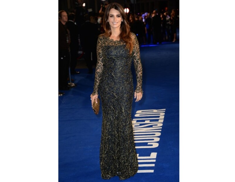 """Tanto la española como su pareja, el también español Javier Bardem, desfilaron este jueves por la alfombra azul de la cinta """"The Counselor"""" en el Odeon West End. Ella se llevó todas las miradas."""