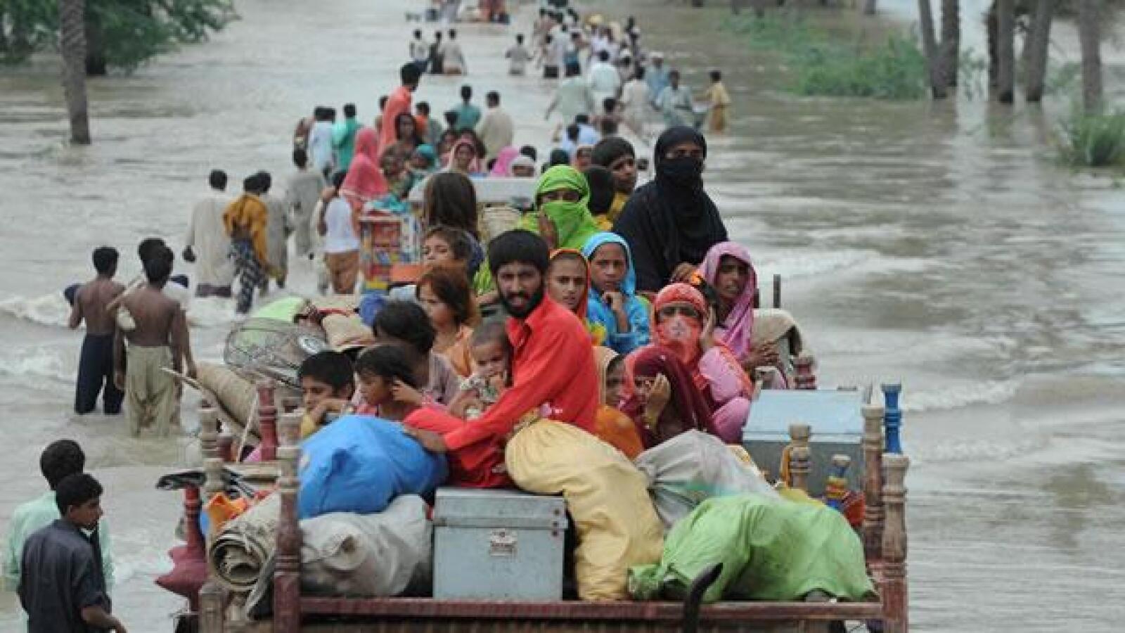 Pakistanies evacuan sus casas