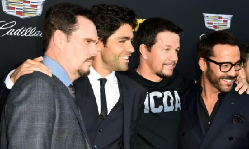 Los protagonistas de la película junto a Mark Whalberg. (Foto: Getty Images)