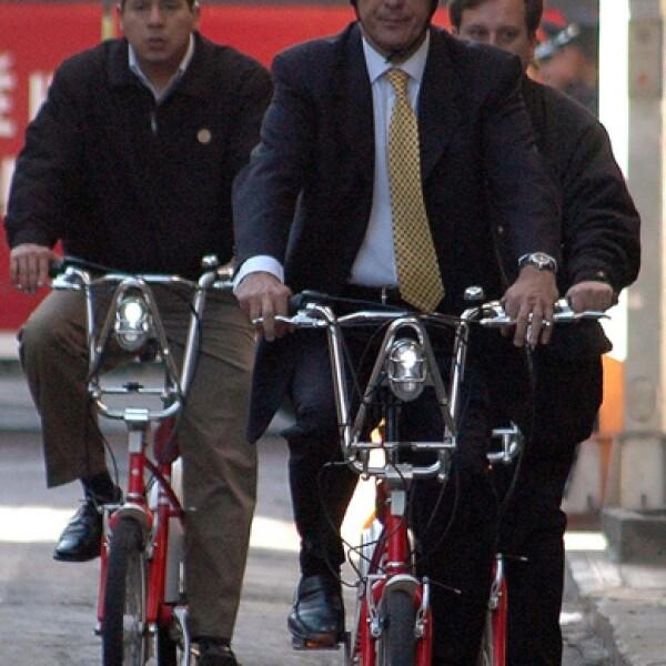 El jefe de Gobierno del Distrito Federal, Marcelo Ebrard Casaubón, llegó en bicicleta a sus oficinas al dar inicio a sus actividades.