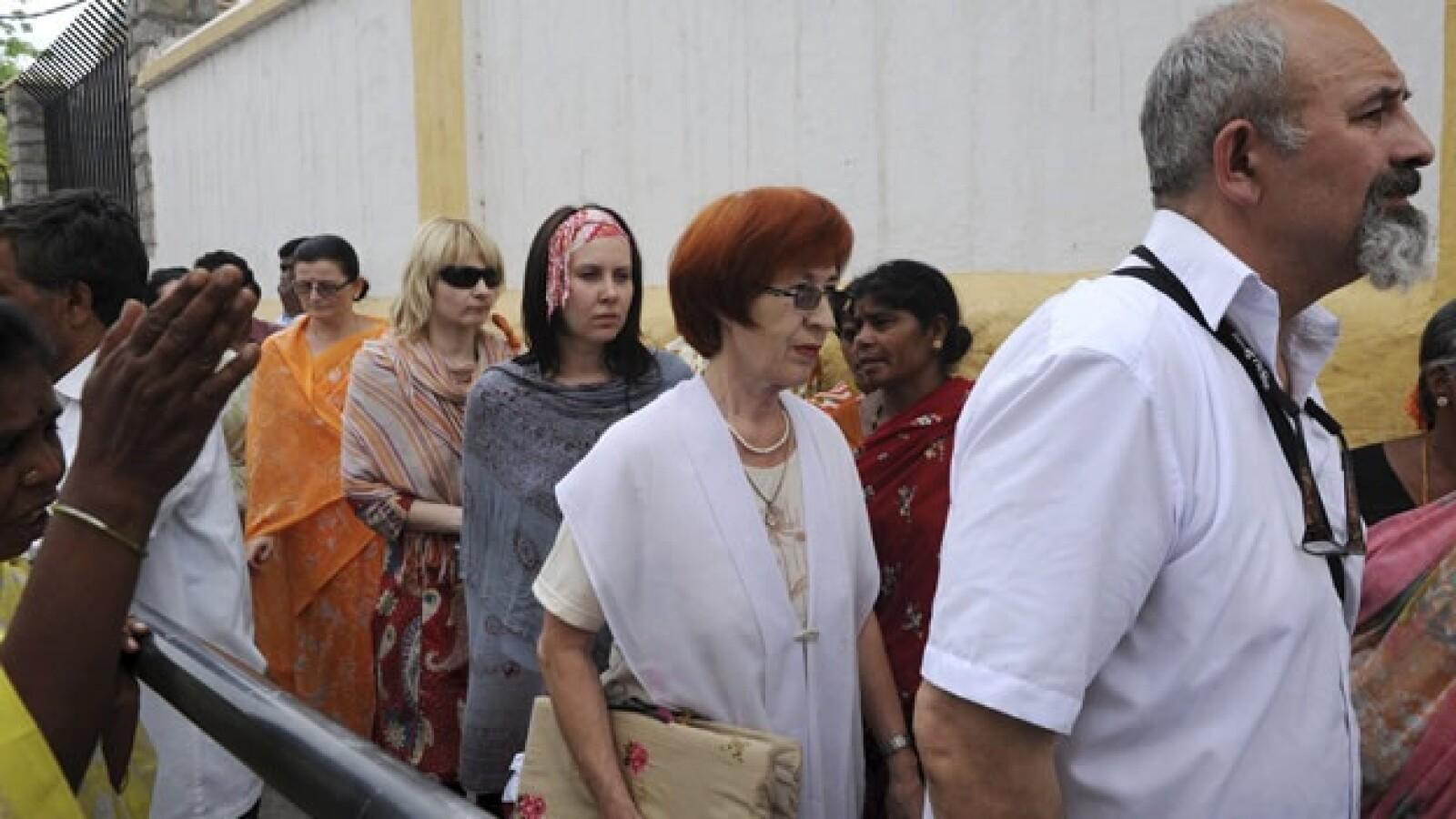 devotos de sai baba se congregan afuera de su ashram