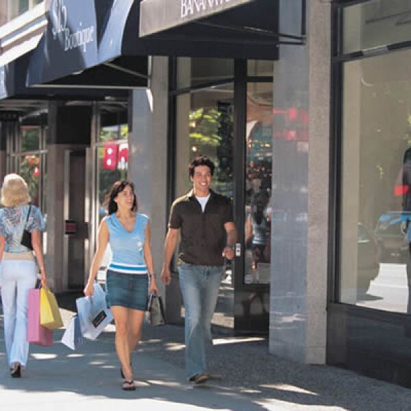 Con firmas de grandes diseñadores como Yves Saint Lauren, Salvatore Ferragamo o Chanel, pasa la tarde sobre la calle Robson.