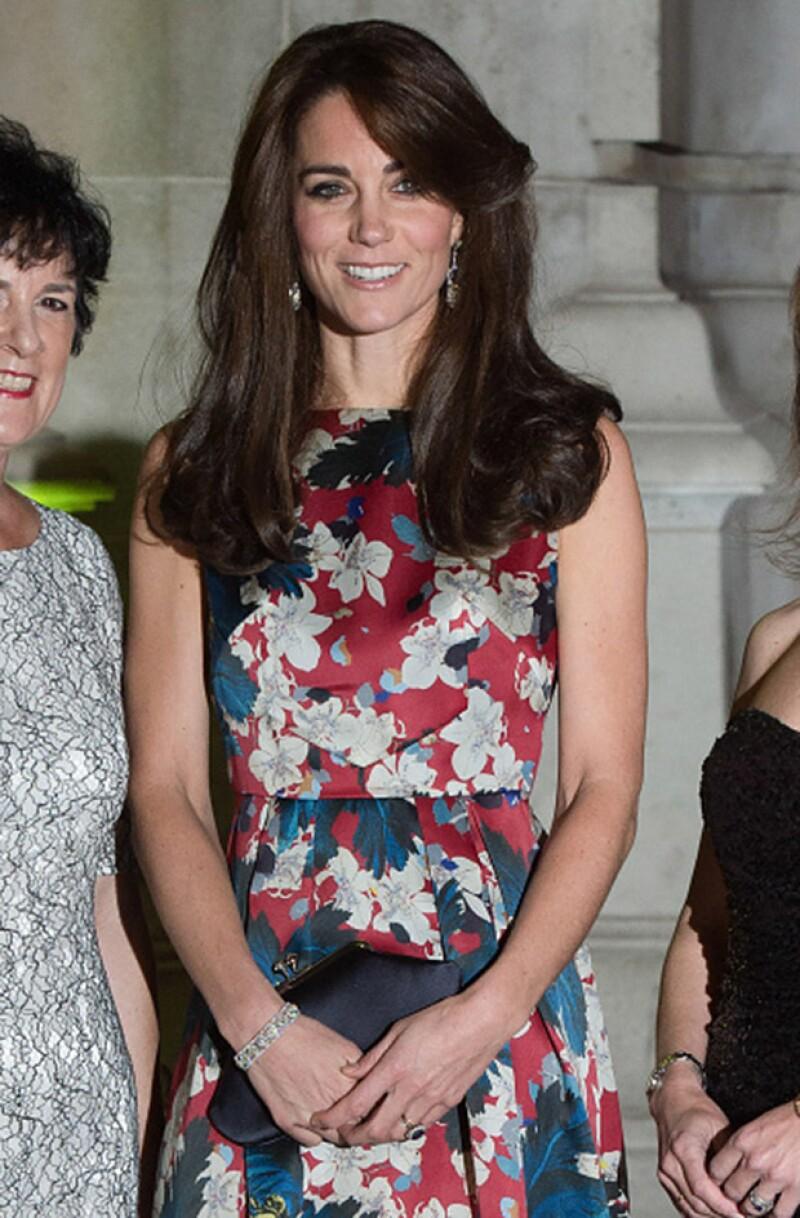 Durante la noche Kate lució unos pendientes de diamantes y zafiros que pertenecieron a la Reina Madre.