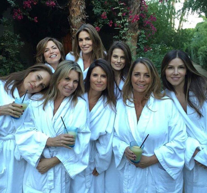 Cindy además compartió una foto con sus amigas en la que se le ve con un look muy natural.