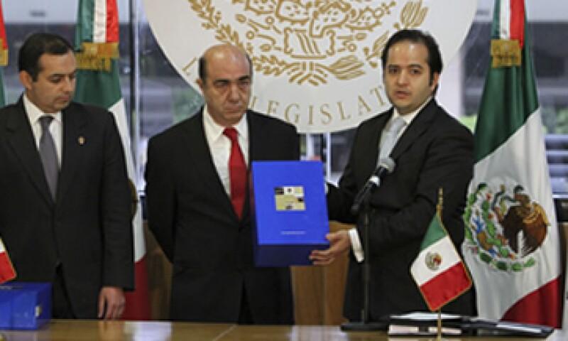 El secretario de Gobernación, Alejandro Poiré, entregó el último Informe de Gobierno del presidente Felipe Calderón. (Foto: Notimex)