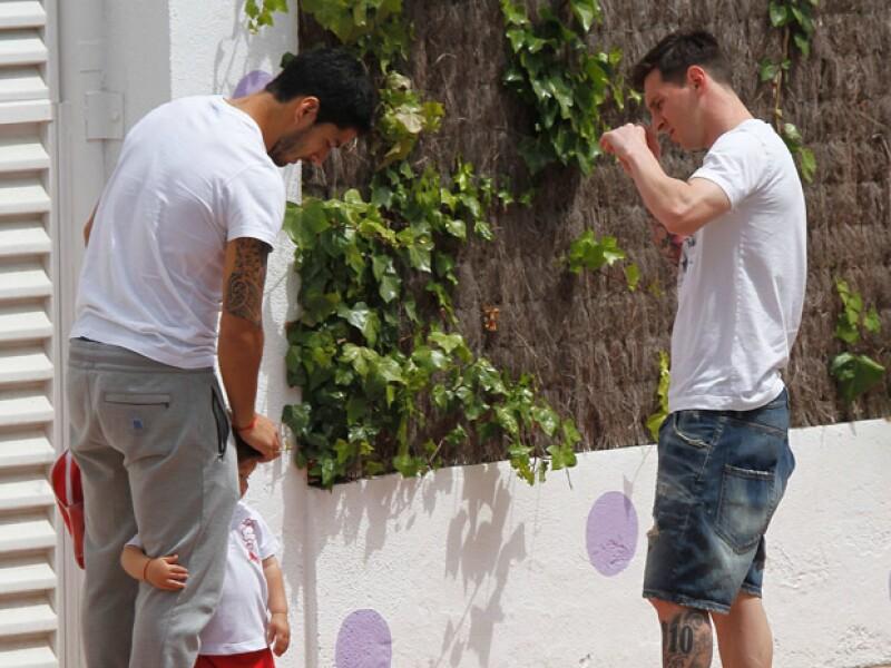 Messi se encontró con Luis Suárez a la salida de la escuela de su hijo, y es que los pequeños de su compañero de equipo estudian en el mismo colegio.