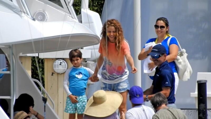 Shakira y Sasha Pirqué en día de yate.