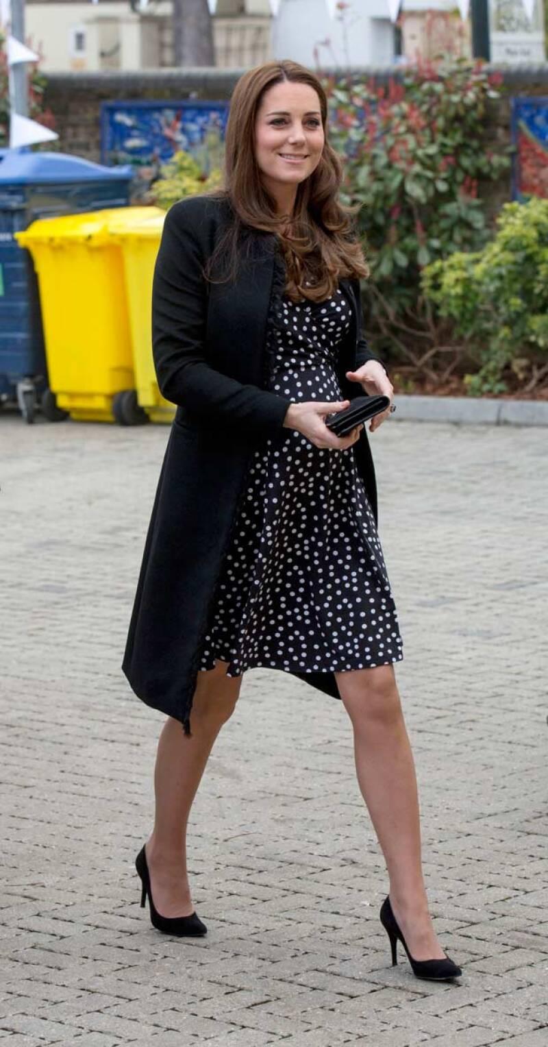 Impecable y siempre con zapatos altos, la duquesa parece no cansarse a pesar de su ajetreada agenda. ¿Cómo le hace?
