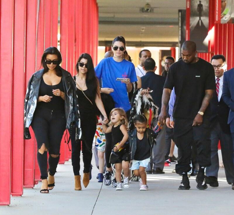 Kim, Kanye, Kendall, Kourtney, North y Penelope no pudieron evitar ser reconocidos durante su paseo en Beverly Hills.