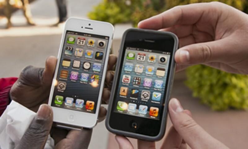 Apple y Samsung se acusan mutuamente de violación de patentes para intentar dominar el mercado de móviles.(Foto: Archivo)