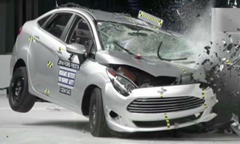 El IIHS de Estados Unidos evaluó con rigidez la capacidad de los vehículos contra los fuertes impactos. (Foto: Cortesía de CNNMoney)