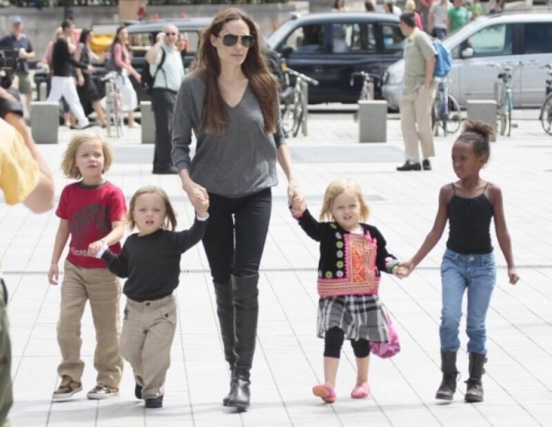Angelina es una mamá muy atenta a todas las necesidades de sus hijos.