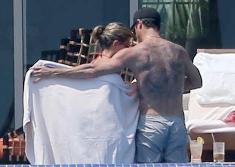 Él, como todo un caballero arropó a su novia con la toalla al salir de la alberca.